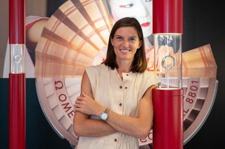 跨欄好手Lea Sprunger在參訪過程中戴上了蛋白石銀色表面的超霸38毫米不...