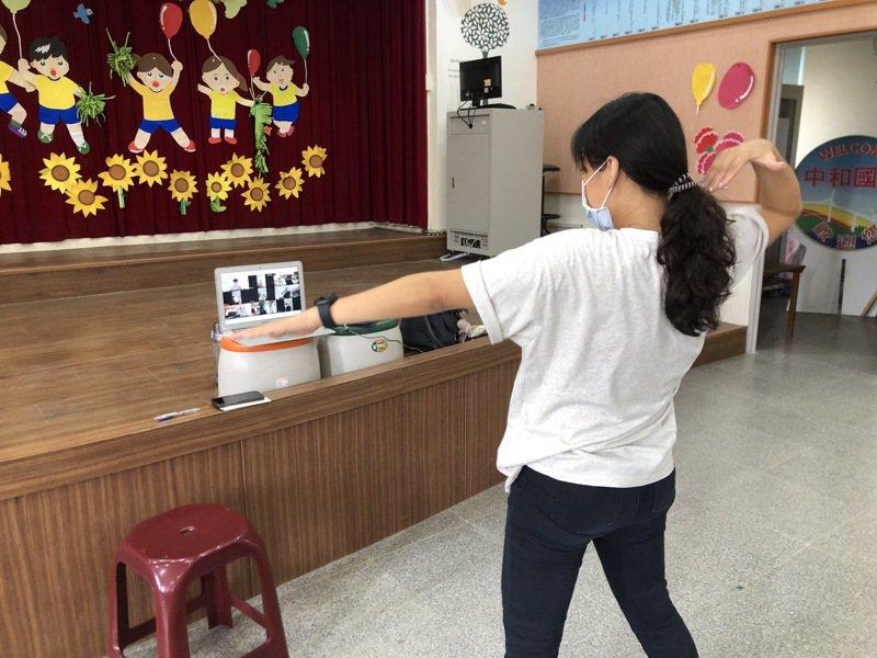 離9月開學剩不到一個月,未來教學現場可能從實體轉變為混合(實體及線上)。圖為體育課老師透過視訊帶孩子做操運動。圖/紀介五提供