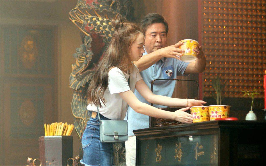 檢場(右)和女兒默契佳,拍攝內容如同私下互動。圖/艾迪昇傳播提供