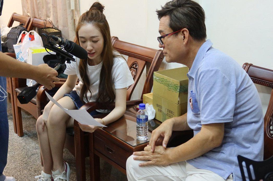 檢場(右)和王敏淳仔細討論拍攝內容。圖/艾迪昇傳播提供