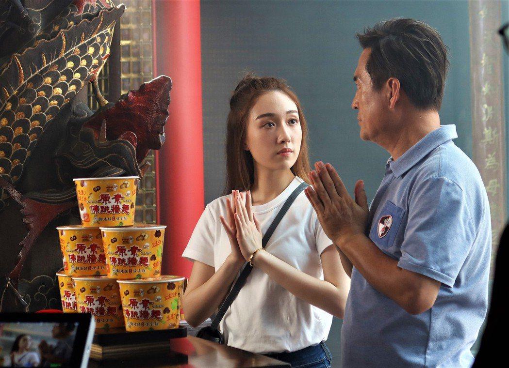 檢場(右)和女兒王敏淳第4度同框拍攝廣告。圖/艾迪昇傳播提供