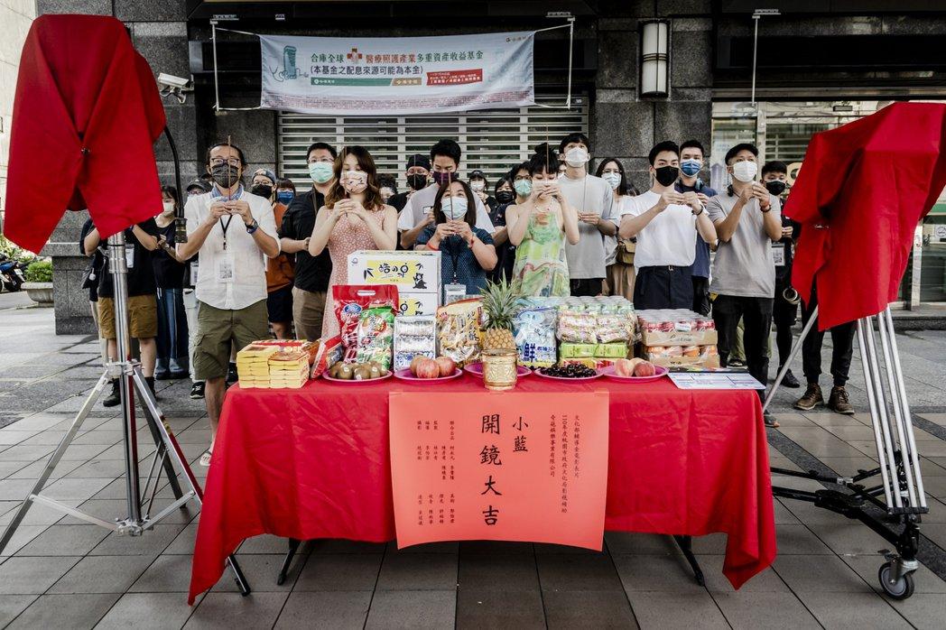 「小藍」開鏡儀式合照,前排左起林仕肯監製、許乃涵、李怡芳導演、王渝萱。圖/奇葩娛