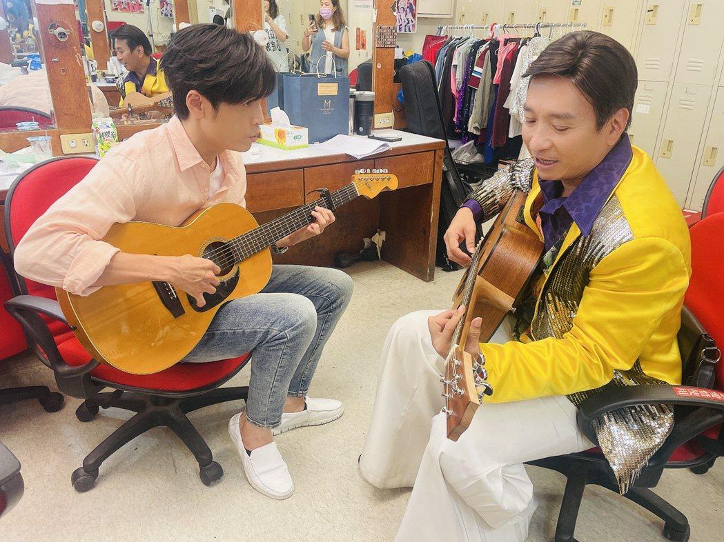 王中平(右)耐心教Gino彈吉他。圖/民視提供