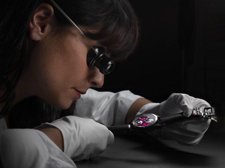 除了特殊的黑色、粉紅色視覺,表款組裝也由女性製表師完成,別具意義。圖 / 萬寶龍...