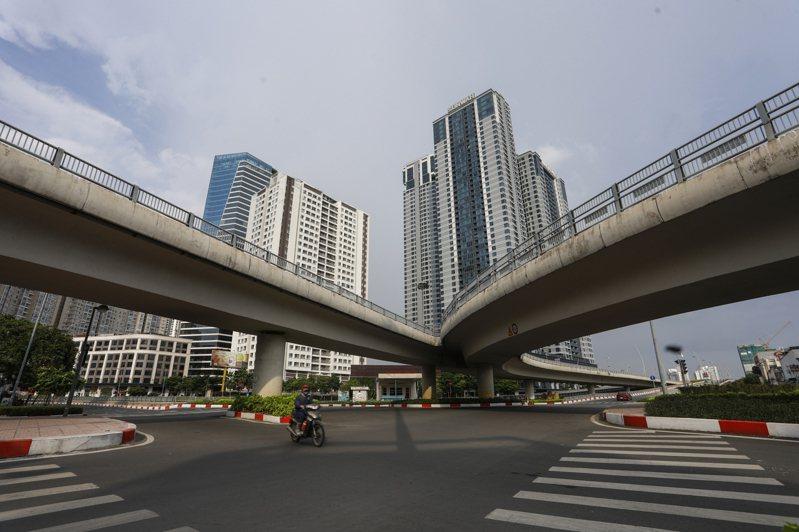 越南胡志明市疫情險峻,迫使政府實施嚴厲限制措施,使得整條大馬路上空蕩蕩。美聯社