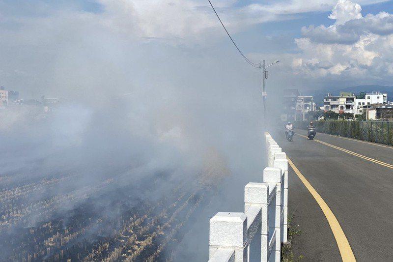 農田燒稻草產生濃煙影響視線,威脅行車安全。圖/苗栗縣政府提供