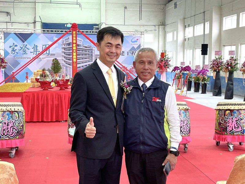 家登董事長邱銘乾(左)與迅得董事長兼總經理王年清。 記者尹慧中/攝影