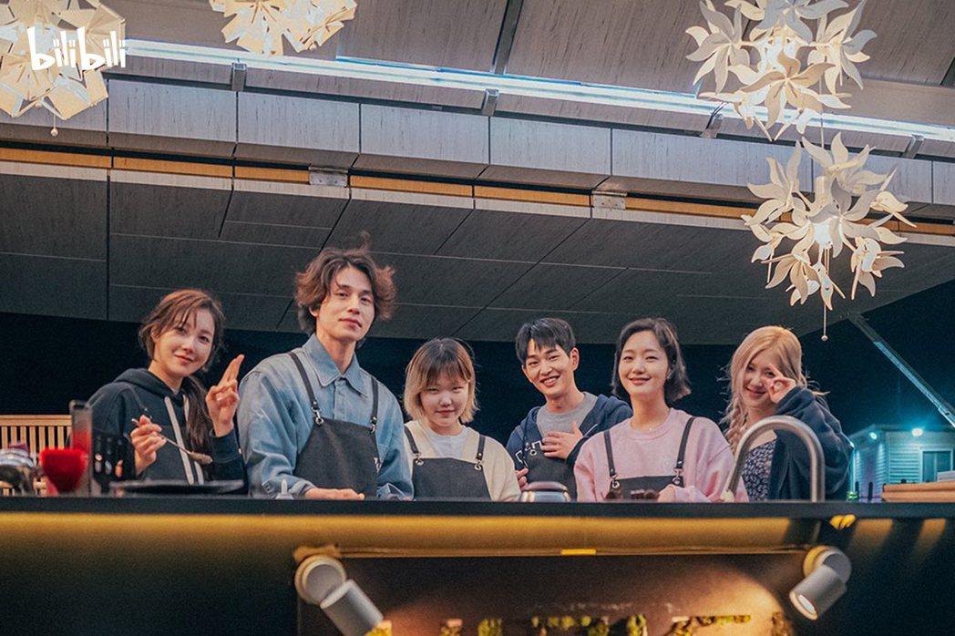 ROSÉ (右)與盼望酒吧員工合照,左起為李智雅、李棟旭、李秀賢、溫流以及金高銀