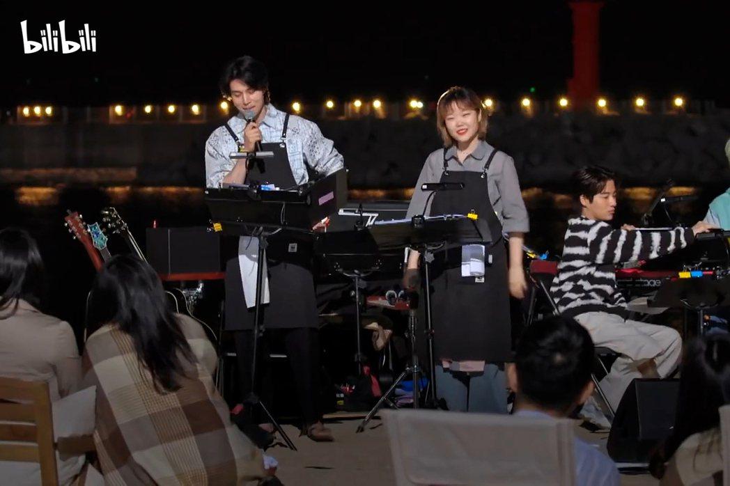 李棟旭(左)與李秀賢合唱電影「樂來越愛你」歌曲「City of stars」。圖...