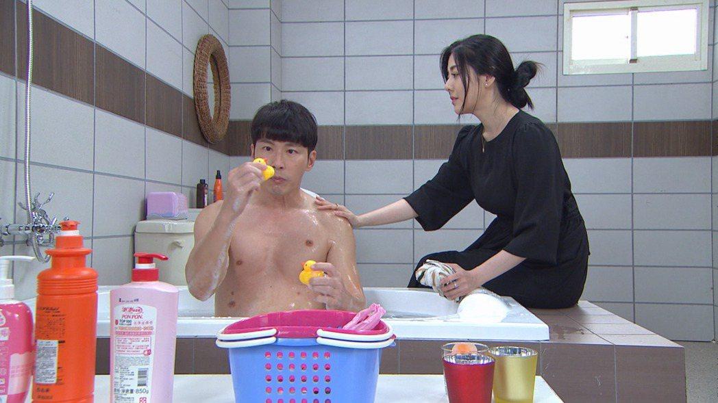 黃少祺(左)在「天之驕女」中降齡演出8歲小孩,韓瑜對戲時常忍不住笑場。圖/三立提...