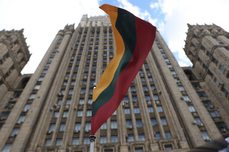 波羅的海國家立陶宛跟鄰國俄羅斯及白俄羅斯關係緊張由來已久,卻也因為中右派聯盟政府擺出新的態度,成為一個對抗具有大陸野心的極權主義新前線,從而吸引美國的注意。路透