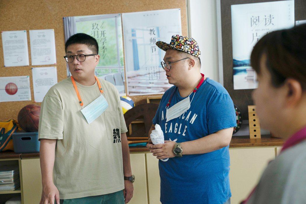 導演林孝謙(右)與編劇呂安弦(左)再次合作拍MV。圖/好時光娛樂提供