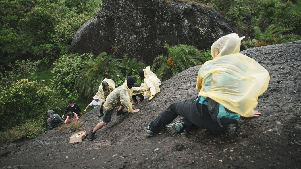 屏東縣團隊陪同劇組在縣內跋山涉水,不錯過任何理想秘境拍攝點,大尖山前石頭平台。圖...