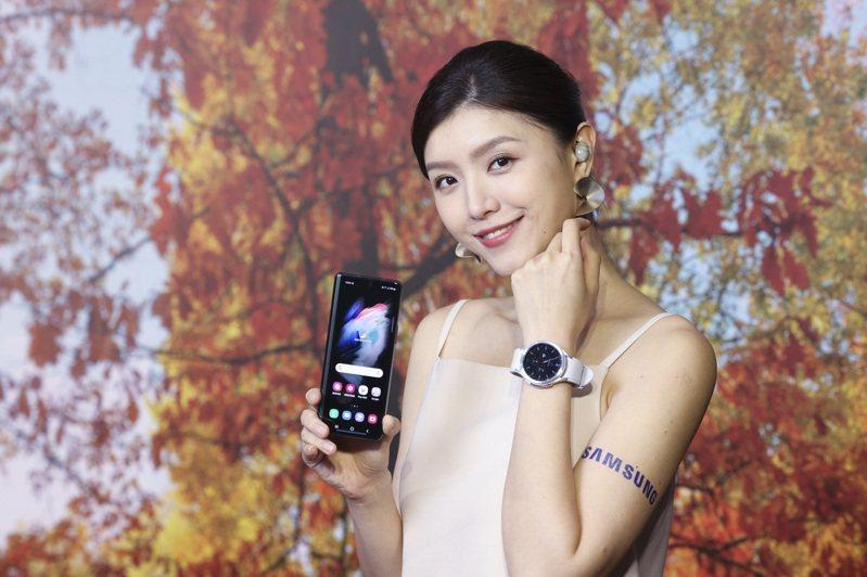 Samsung Galaxy Watch4 Classic具備實體旋轉不鏽鋼表圈。記者王聰賢/攝影