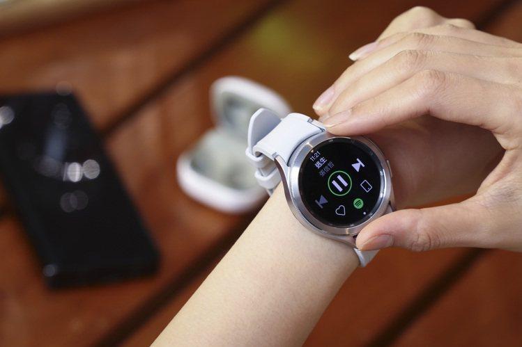 Samsung Galaxy Watch4 Classic具備實體旋轉不鏽鋼表圈...