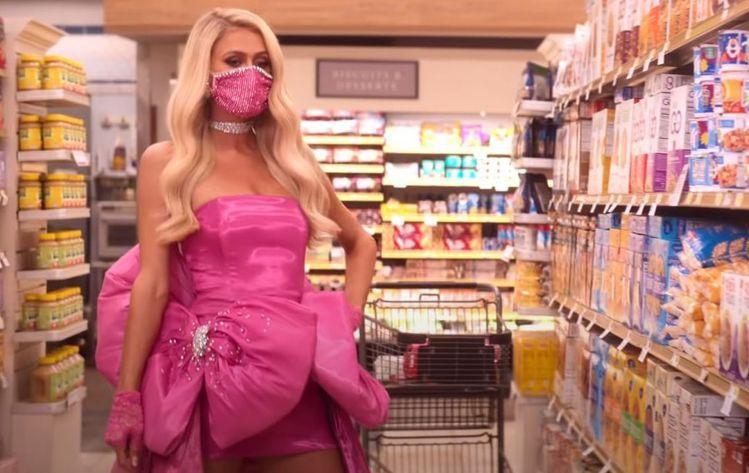 芭黎絲希爾頓穿著Christian Cowan的訂製服去超市採買,相當浮誇。圖/...