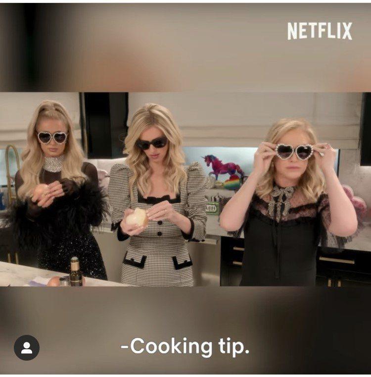芭黎絲和媽媽、妹妹切洋蔥怕辣眼睛,一致戴上了精品太陽眼鏡。圖/取自Paris H...