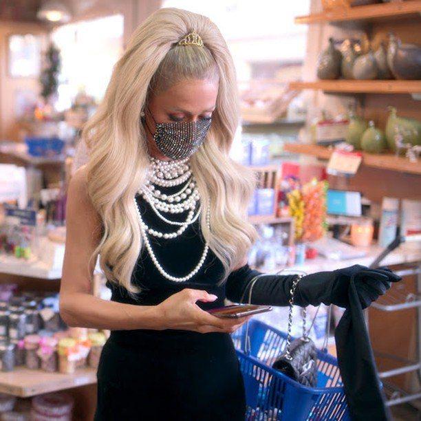 芭黎絲購買牛肉時穿了Balmain的絲絨禮服,戴上大串珍珠項鍊、Yandy口罩。...