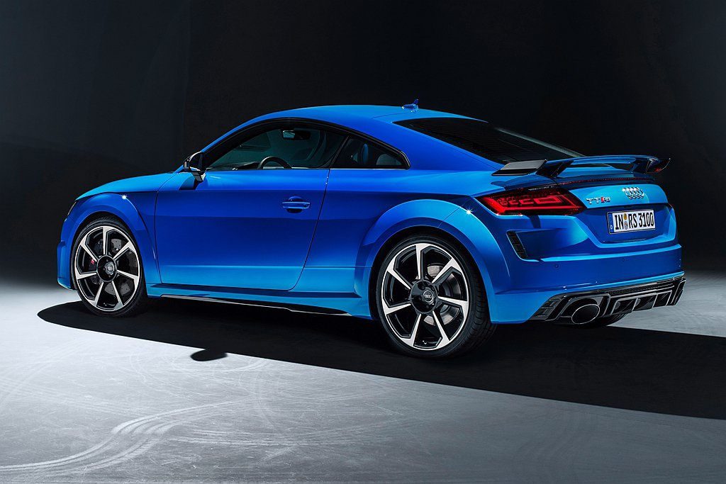 Audi TT RS車尾除了極具科技感的OLED後尾燈組,行李箱蓋上方醒目的TT...