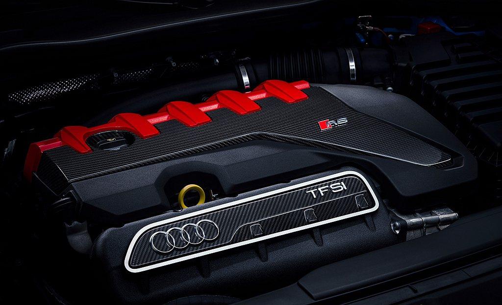搭載四環經典2.5L直列5缸渦輪增壓引擎,可輸出400hp最大馬力及48.9kg...