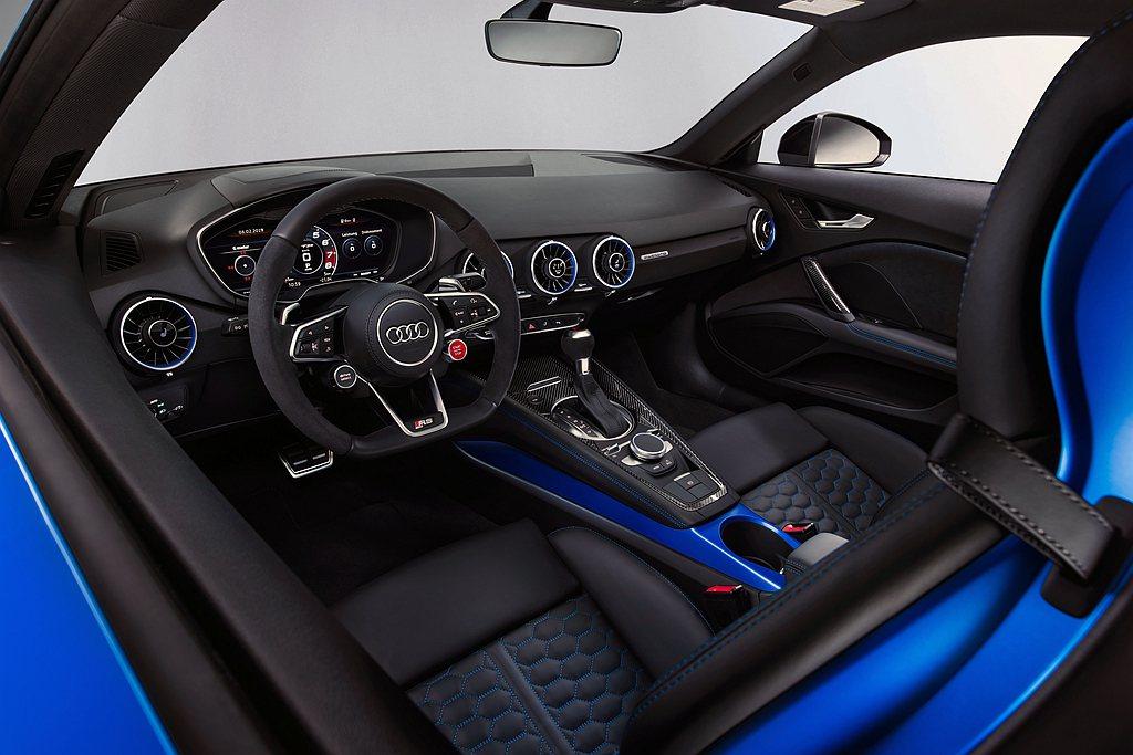 Audi TT RS全車採用性能風格強烈的RS專屬內裝套件加以鋪陳,透過RS專屬...