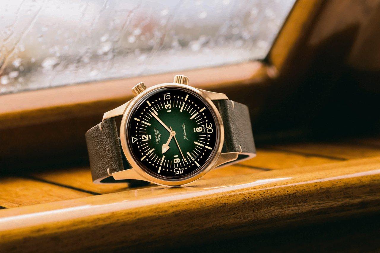 浪琴的Legend Diver復刻傳奇潛水腕表青銅款,將旋轉表圈可以第二個表冠設...
