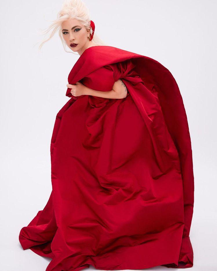 Lady Gaga代言VALENTINO香水形象廣告。圖/摘自VALENTINO...