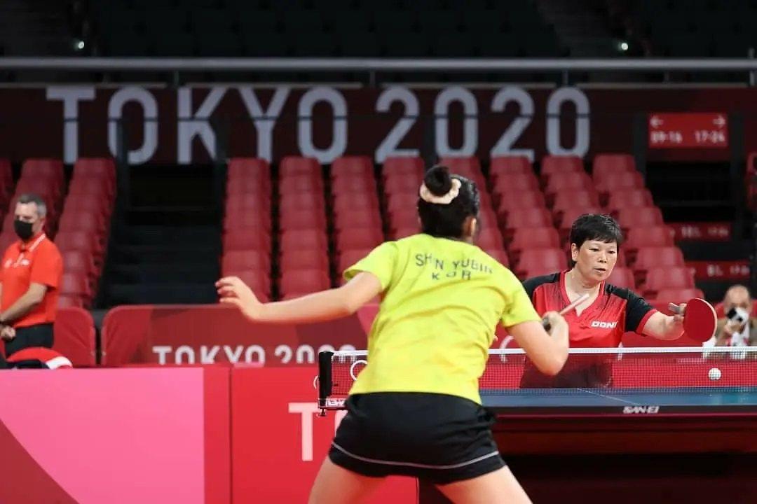 倪夏蓮與韓國新星申裕斌(背對者)在第二輪對戰,經過66分鐘,才以3:4的比數惜敗...