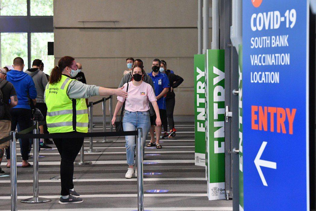 本次疫情爆發在6月中,那時澳洲第一劑注射率約為兩成、完全接種率只有3%左右,當封鎖形成龐大的民意壓力,迫使莫里森不得不出面為疫苗延遲道歉。 圖/歐新社