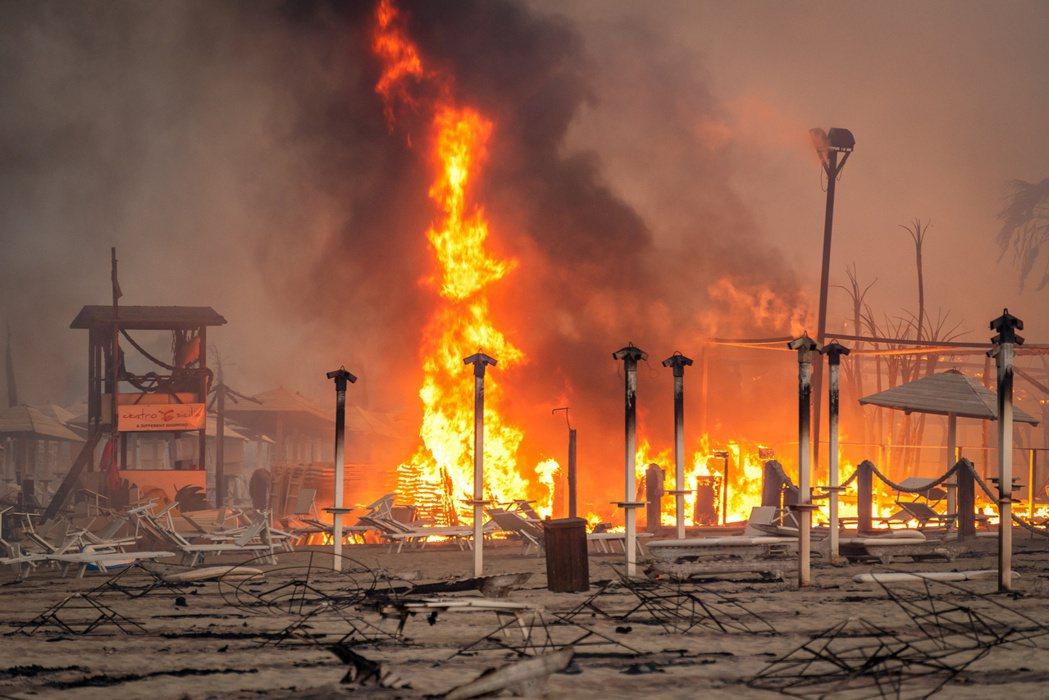 遭野火侵蝕的西西里。 圖/路透社