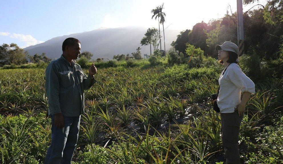 團隊聽著台東延平鄉布農勇士述說趕走農藥的夢想。 圖/104職場力