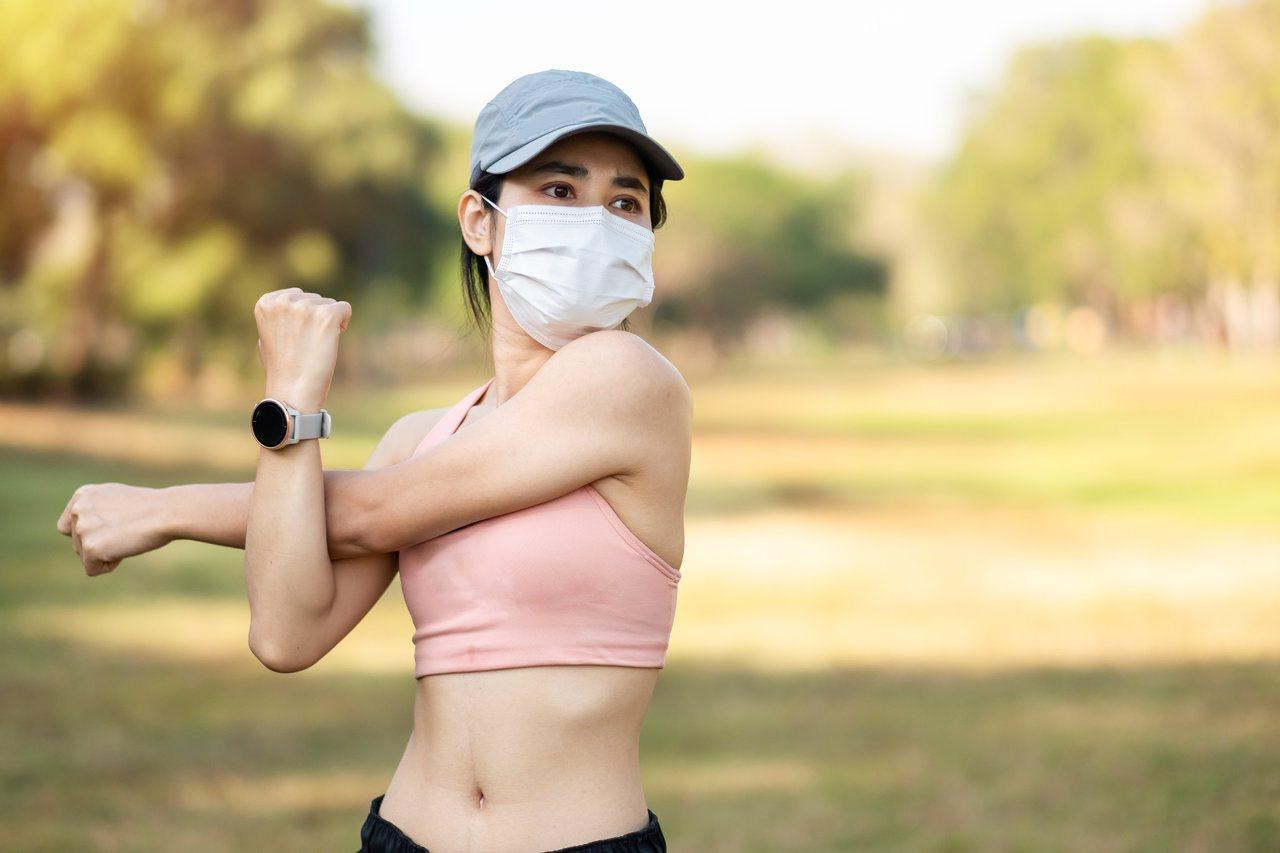 國健署提醒「戶外戴口罩運動」,要記得避開上午10點到下午4點間太陽直曬時間。 圖...