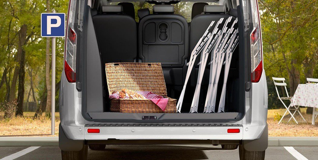 Ford Tourneo Custom福特旅行家具備最大1,930L行李廂空間,...