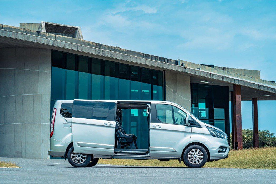 Ford Tourneo Custom福特旅行家採左右雙滑門設計,多人出遊也能輕...