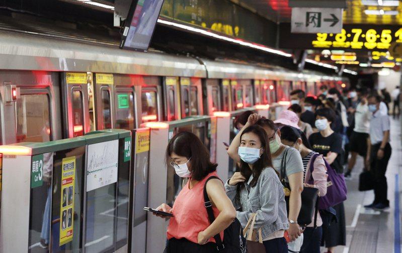圖為三級警戒降至二級警戒的首日,通勤人潮湧現情形。記者曾原信/攝影