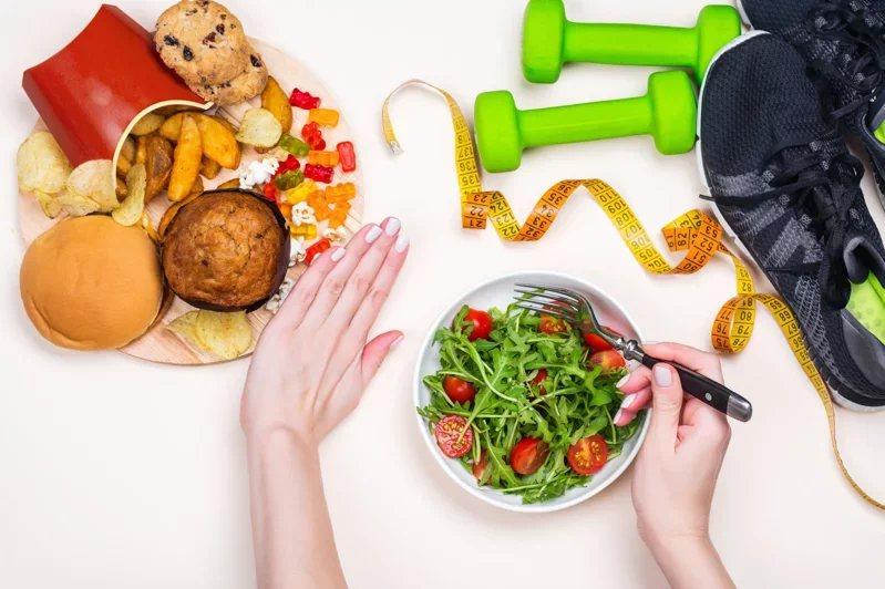 防範疫情威脅,除定期量腰及運動外,飲食也需依循「三低一高」原則,選擇低油、低糖、...