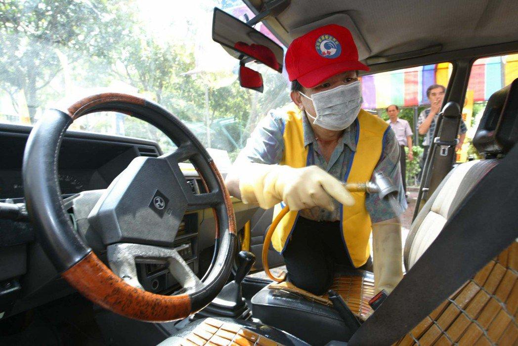 憲法中明文宣示國家應主動積極協助合作事業發展,實際上卻「王小二過年,一年不如一年」。圖為2003年台中市聯合計程車合作社為計程車消毒防治SARS傳染,保障乘客及司機的安全。 圖/聯合報系資料照