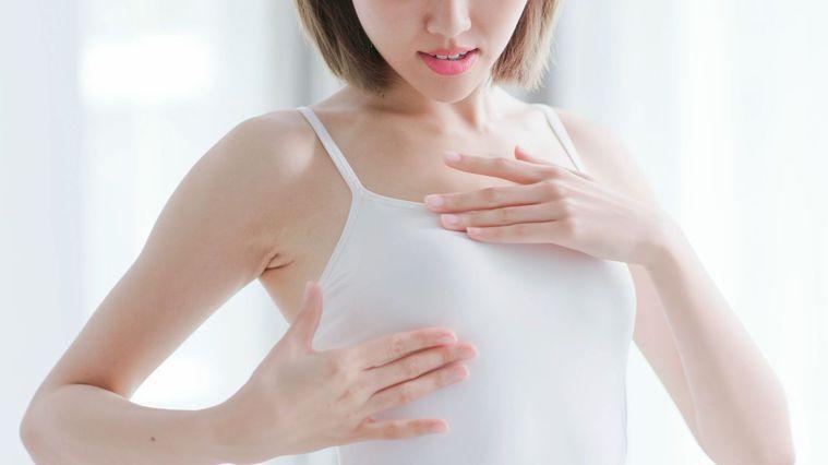 練胸不僅讓胸部結實,還可以預防下垂、外擴。圖/Canva