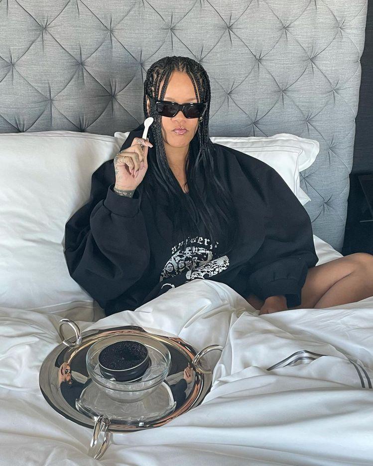 蕾哈娜一早醒來、香水賣光光,她穿Raf Simons、戴Rick Owens墨鏡...