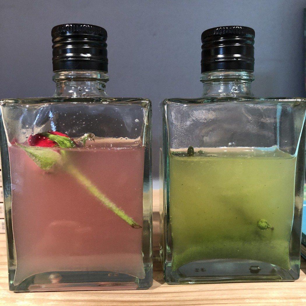 種籽做的五葉松飲(右)、玫瑰飲(左)。記者袁世珮/攝影