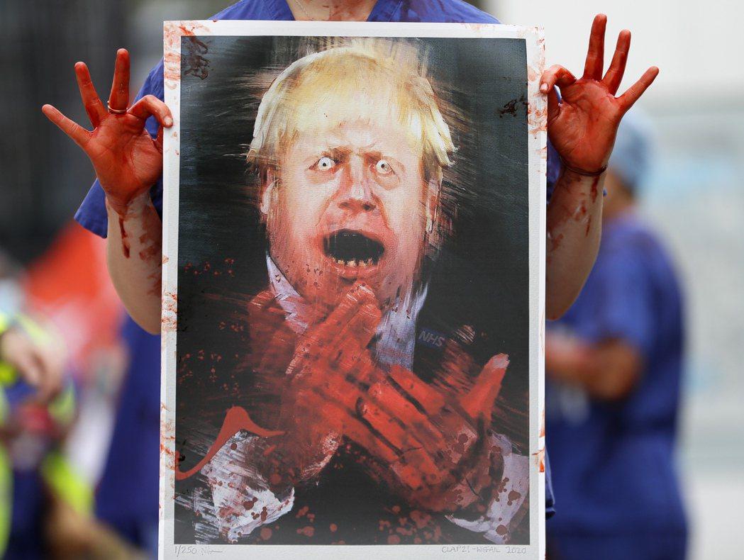 在疫情期間,醫生們走上街頭爭取權益也非馬來西亞獨有。圖為英國醫護人員示威抗議,要...