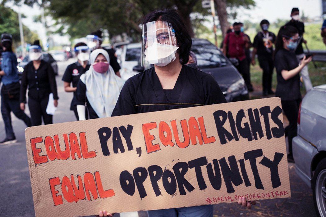 圖為在7月26日一位上街抗議的醫生。罷工的醫生們在社交平台上廣為使用馬來文has...