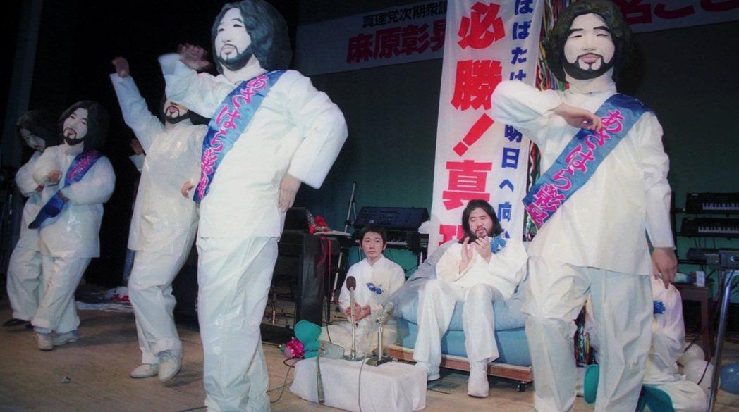 麻原彰晃在1989年8月成立了「真理黨」,力推信徒出來選眾議員,主打「廢止消費稅...