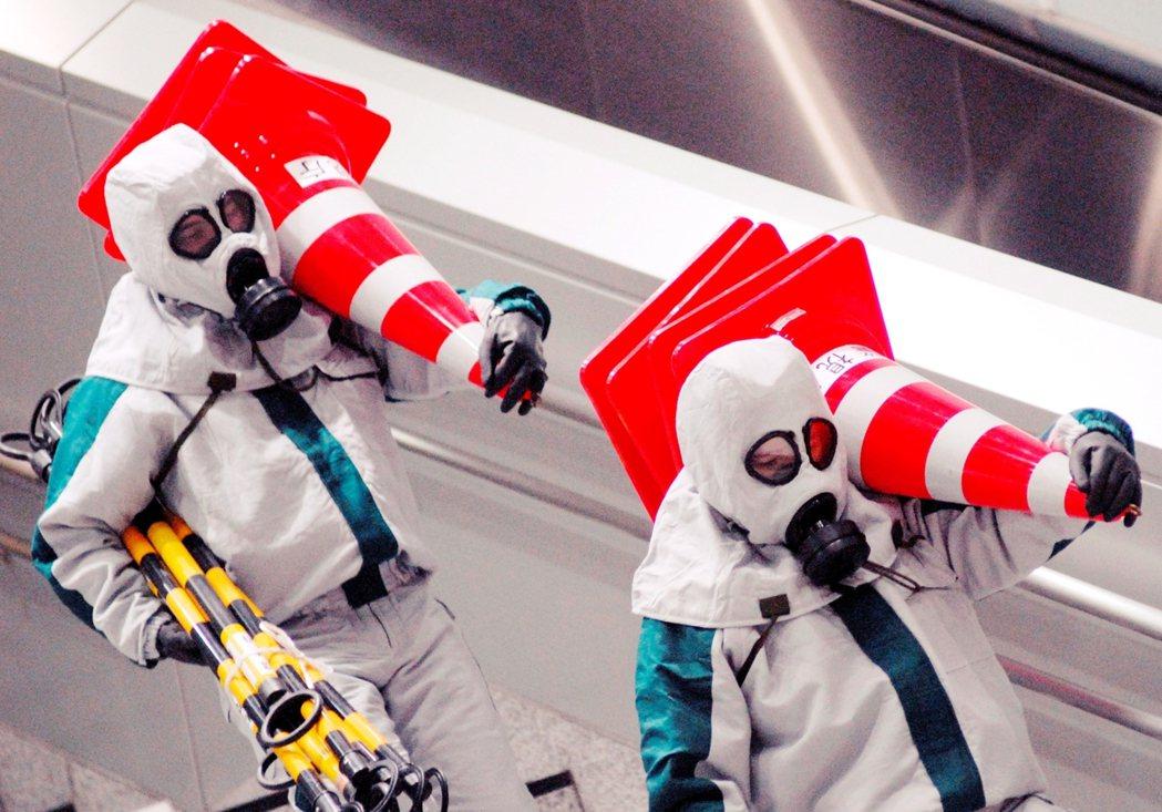 東京地鐵沙林毒氣攻擊案,也讓日本的地鐵安全防範一時更為警戒。 圖/歐新社