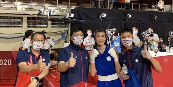 圖說/右二為黃筱雯,右三為拳擊指導教練劉宗泰