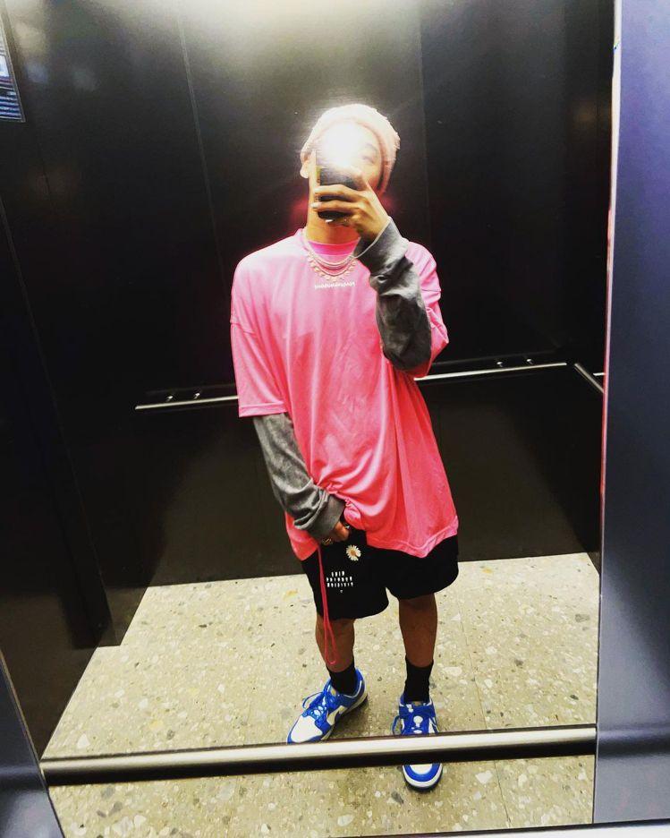GD詮釋了NIKE鞋款,搭配PEACEMINUSONE的粉紅色T恤。圖/取自IG