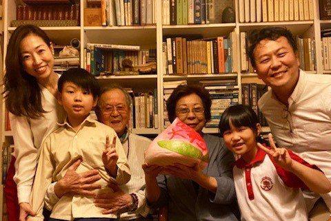 圖/黃春明、林美音夫婦全家與壽桃。