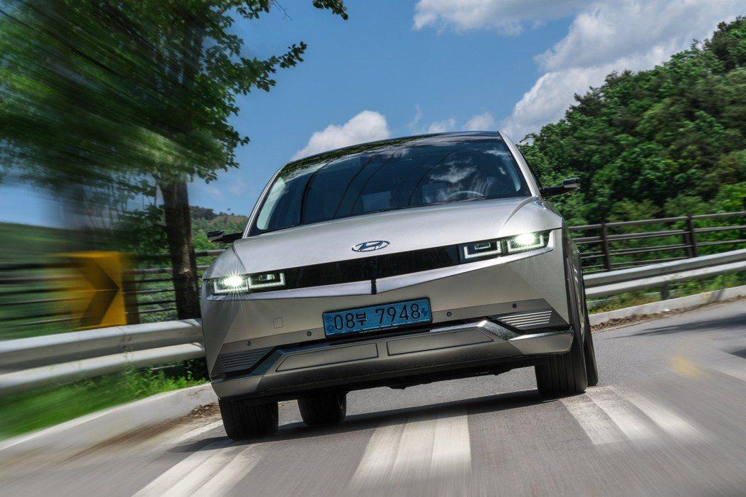 全新Hyundai IONIQ 5是品牌第一款建構在集團E-GMP底盤的純電動休...