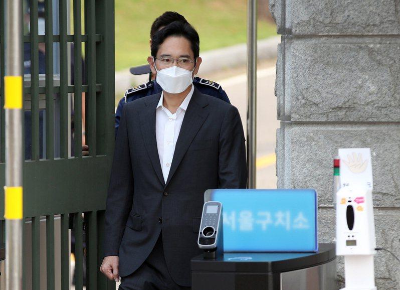 韓國三星電子副會長李在鎔今(13)日上午假釋出獄,受訪時對於造成民眾擔憂道歉說,「各位對我的擔憂、批評、顧慮及厚望我都聽見了。」歐新社