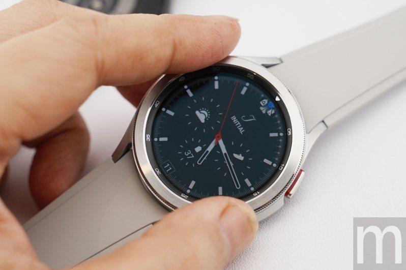 ▲Galaxy Watch 4 Classic可透過實體錶圈操作,Galaxy Watch 4則以虛擬錶圈對應操作需求